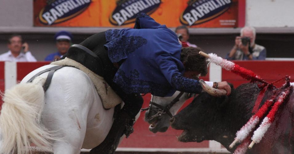 Toureiro espanhol enfrenta o segundo animal do dia, um touro de 450 kg, durante a Feira de San Marcos, em Aguascalientes, no México