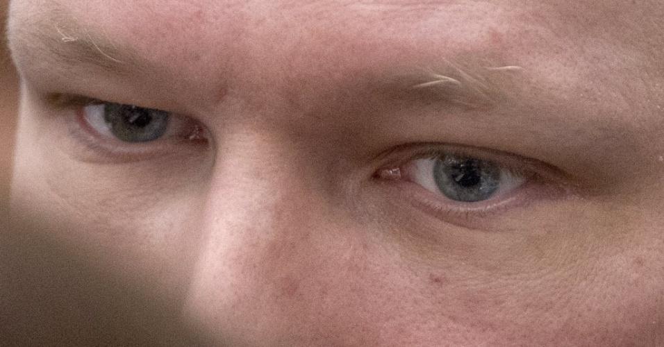 Ultradireitista Anders Breivik, autor do massacre que deixou 77 mortos na Noruega, chega a tribunal da capital do país, Oslo, para a segunda semana de seu julgamento