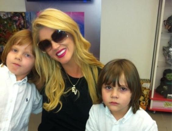 Val Marchiori publica fotos com seus filhos gêmeos no Twitter (23/4/12)