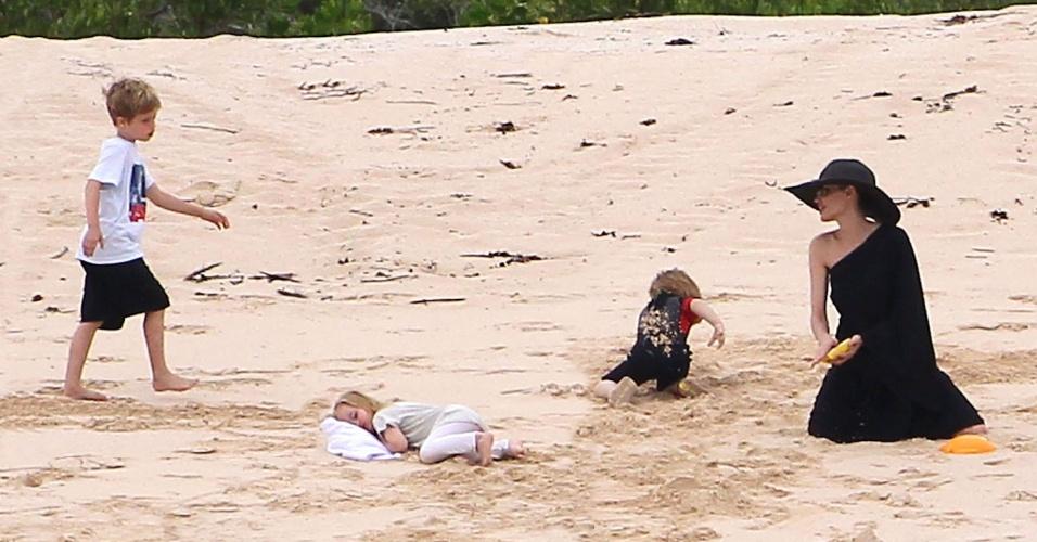 A família Jolie Pitt aproveitou para descansar na Ilha de Galápagos, no Equador. Angelina e Brad brincaram com os filhos e desfrutaram momentos em família. A atriz ficou mais com os filhos menores, Knox Jolie-Pitt (esq.), Vivienne Jolie-Pitt (dir.) e Shiloh Jolie-Pitt, que aproveitou para cochilar na areia (23/4/12)