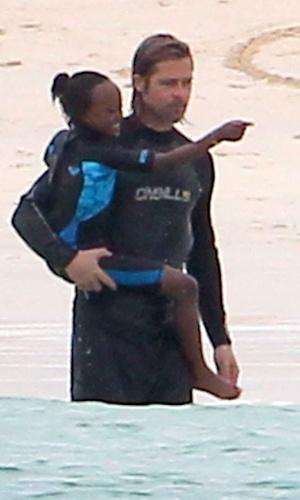 Brad Pitt nada ao lado da filha Zahara Jolie Pitt na Ilha de Galápagos, no Equador (23/4/12)