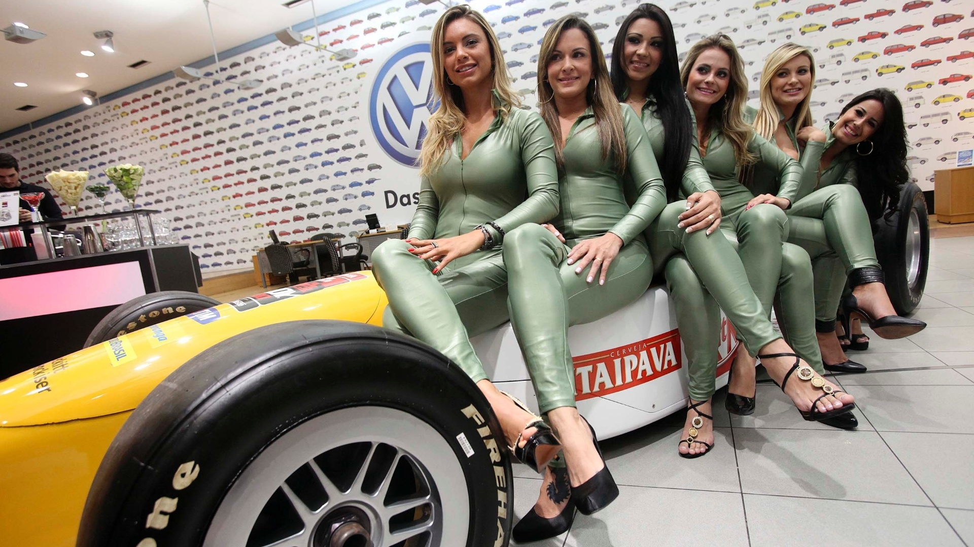 Candidatas a gata da Frmula Indy posam em carro da categoria