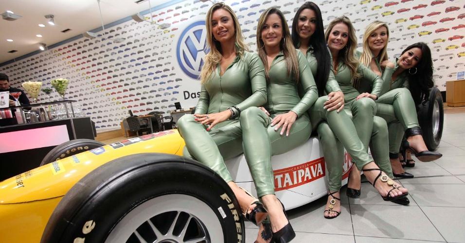 Candidatas a gata da Fórmula Indy posam em carro da categoria