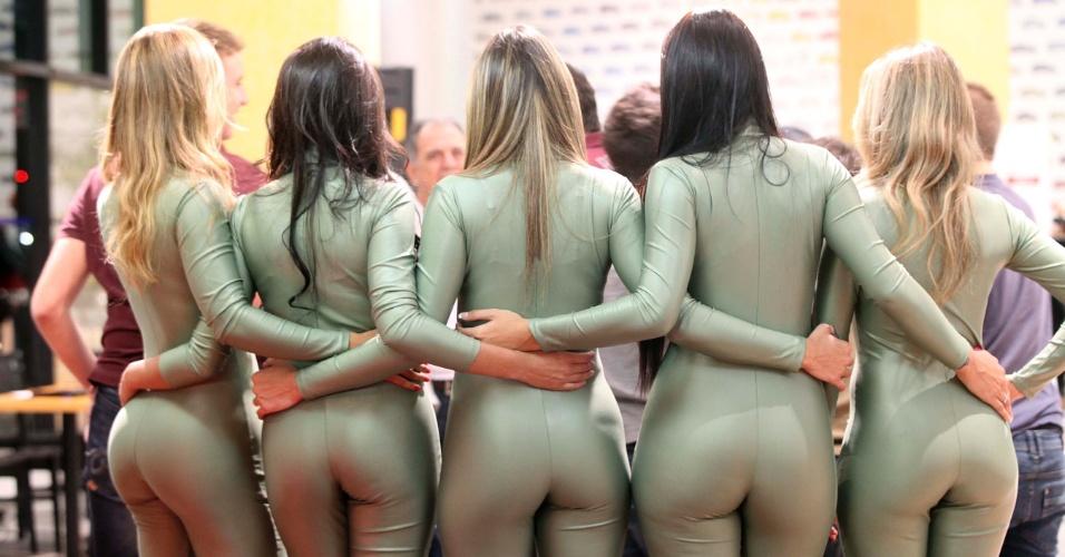 Candidatas a gata da Fórmula Indy se abraçam e posam para foto