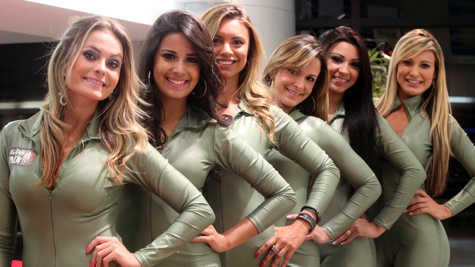 Candidatas a gata da Frmula Indy sorriem e posam para foto