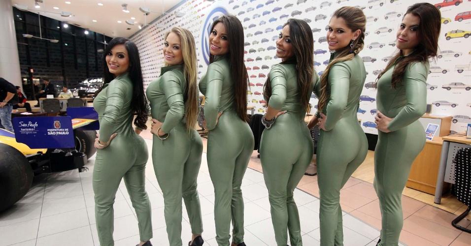 Candidatas a gata da Fórmula Indy sorriem para a foto