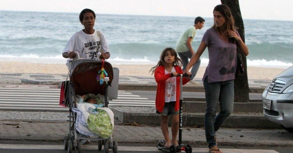 Cynthia Howlett passeia com os filhos, Manuela e Rodrigo, pelo bairro do Leblon, zona sul do Rio (24/4/12)