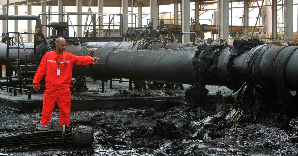 Engenheiro do Sudão aponta oleoduto destruído na região de Heglig, área disputada com o Sudão do Sul
