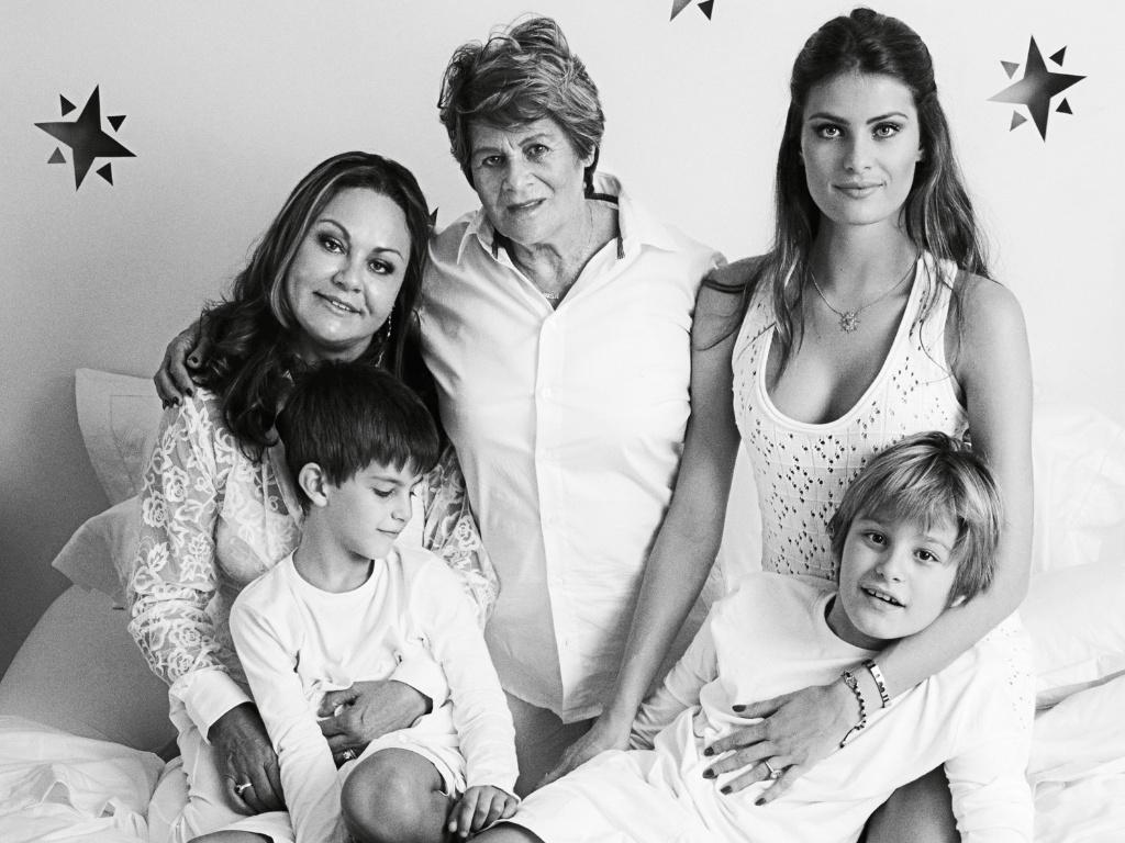 Isabeli Fontana posa com a mãe, a avó e os filhos Zion e Lucas para a exposição