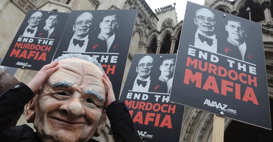 Manifestante usa máscara de Rubert Murdoch, proprietário do império midiático News Corporation em frente a corte em Londres que investiga casos de grampos telefônicos, os padrões éticos da imprensa inglesa e as relações entre jornalistas e políticos