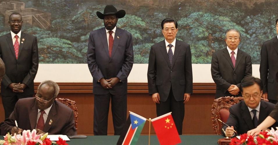 O presidente da China, Hu Jintao (no centro, à dir.), recebe o presidente do Sudão do Sul, Salva Kiir (ao lado de Jintao), no Grande Salão do Povo, em Pequim