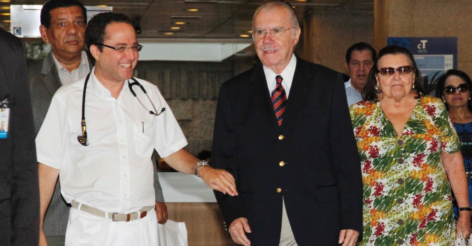 O presidente do Senado, Jos&#233; Sarney (PMDB-AP), deixa o Hospital S&#237;rio-Liban&#234;s, em S&#227;o Paulo, ap&#243;s receber alta m&#233;dica