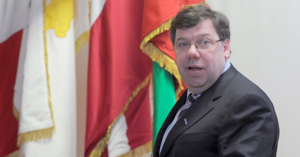 o primeiro-ministro da Irlanda, Brian Cowen, renunciou em fevereiro de 2011