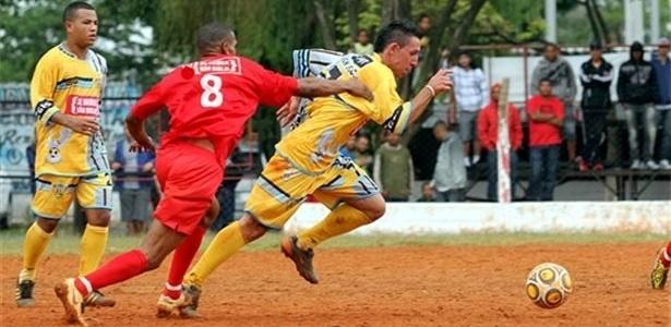 O Vet..Unidos Paulista (amarelo) está invicto, com duas vitórias e este empate com o Jardim Peri (vermelho)
