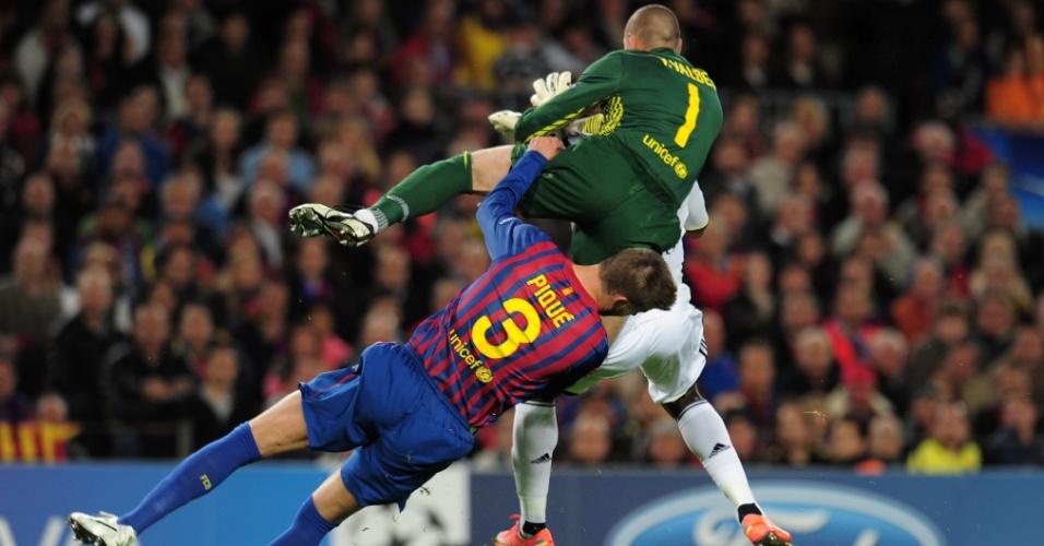 24.abr.2012 - Piqué cai após trombada com Victor Valdés. Zagueiro chegou a ficar desacordado após o lance durante jogo contra o Chelsea