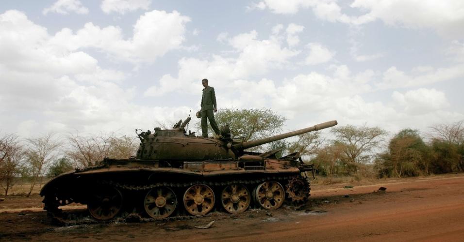 Soldado sudanês inspeciona tanque destruído pelo Exército Popular de Libertação do Sudão (SPLA, na sigla em inglês), do Sudão do Sul, na região petrolífera de Heglig, disputada pelos dois países vizinhos