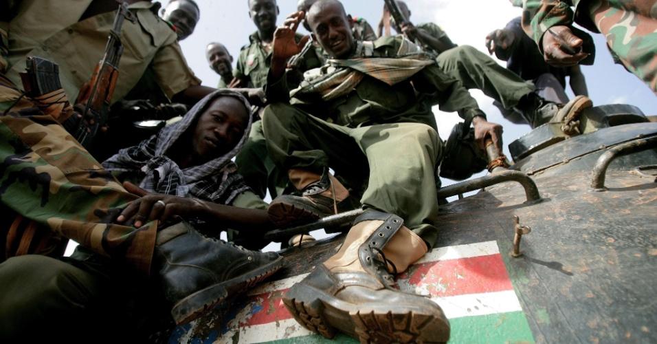 Soldados do Sudão pisam em bandeira do Sudão do Sul pintada em tanque destruído. Os dois países experimentam nas últimas semanas uma crise militar pela disputa da zona petrolífera de Heglig e de outras áreas