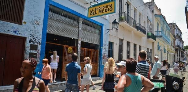 Turistas visitam a famosa Bodeguita del Medio, um bar em Havana (Cuba)