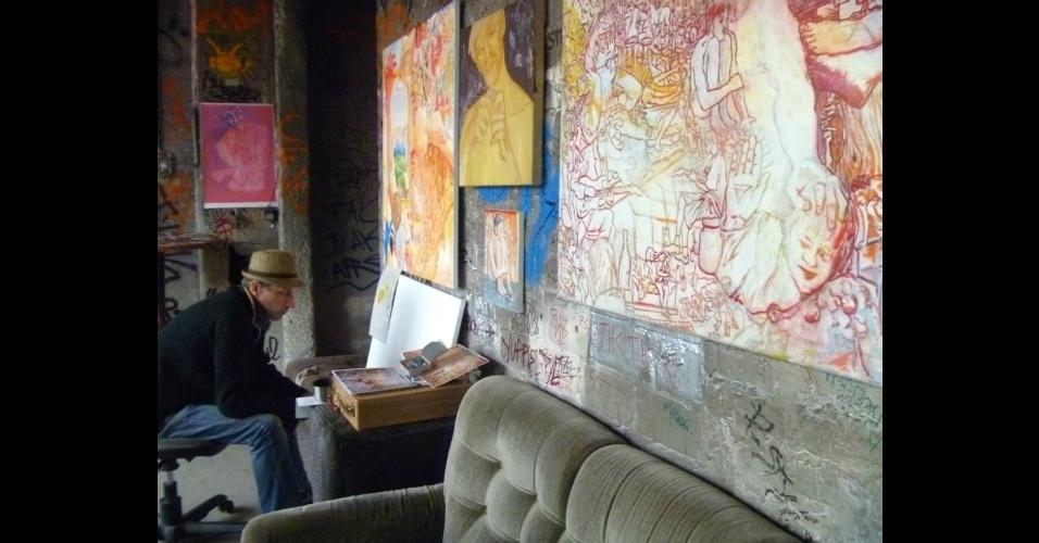 Ali é possível ver artistas trabalhando em seus ateliês e comprar trabalhos