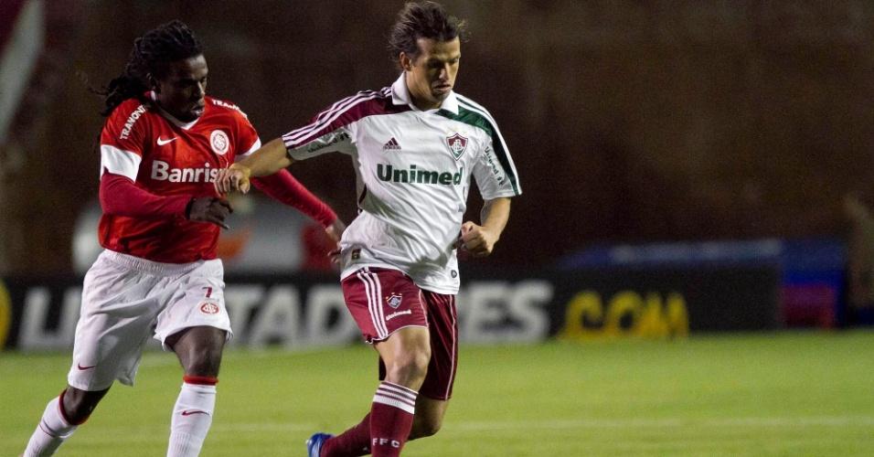 Diguinho é marcado por Tinga no jogo entre Internacional e Fluminense (25/04/12)
