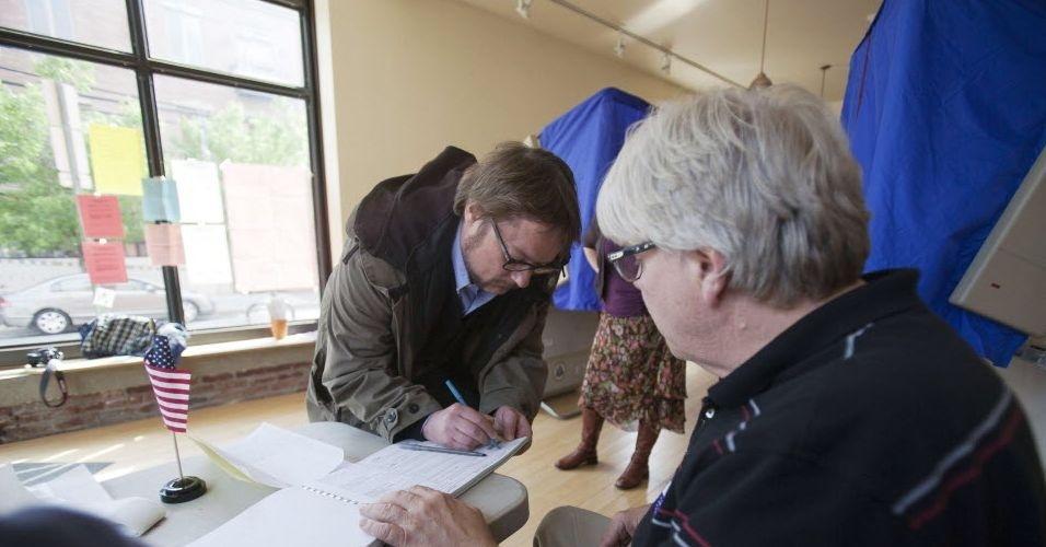 24.abr.2012 - Eleitor Ed Farnsworth registra seu voto durante eleições primárias republicanas na Philadelphia, Pennsylvania (EUA)