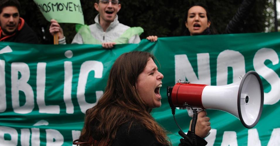 """Estudantes de Oviedo, norte da Espanha, protestam contra os cortes de gastos no ensino público do país. A figura principal dos protestos é o """"Superpública"""", um homem vestido com uma roupa verde, que inventou um super-herói para defender a educação pública"""