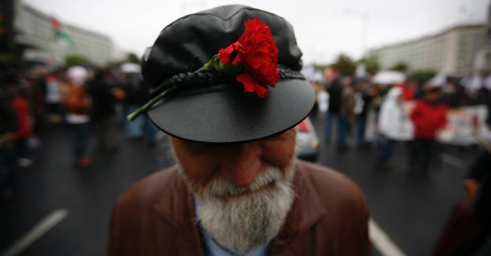 Homem participa em Lisboa, de marcha em memória à Revolução dos Cravos, que derrubou a ditadura salazarista iniciada em 1926