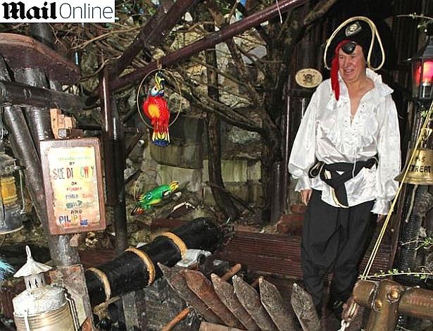 O sujeito aí da foto não suportava mais a monotonia da vida familiar e decidiu virar pirata