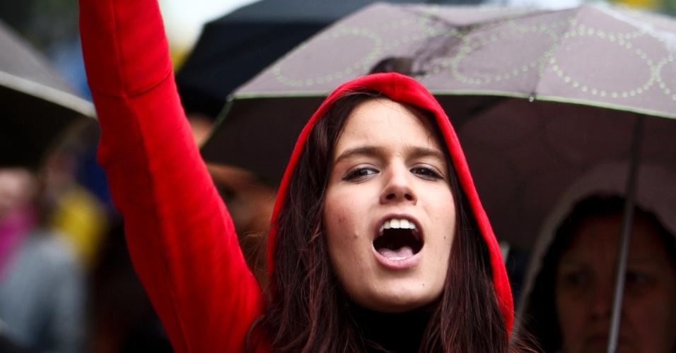 Jovem grita frases de efeito durante marcha em Lisboa, em memória à Revolução dos Cravos, que derrubou a ditadura salazarista iniciada em 1926