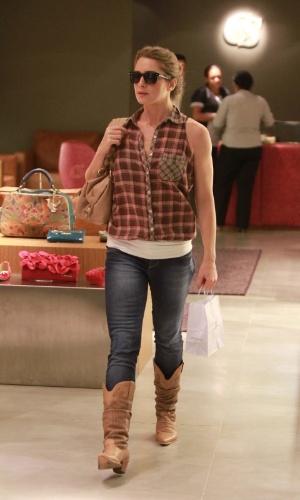 Letícia Spiller faz compras em shopping na zona oeste do Rio (25/4/12)
