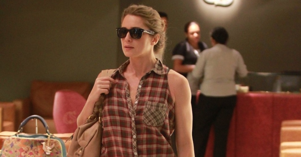 Let&#237;cia Spiller faz compras em shopping na zona oeste do Rio (25/4/12)