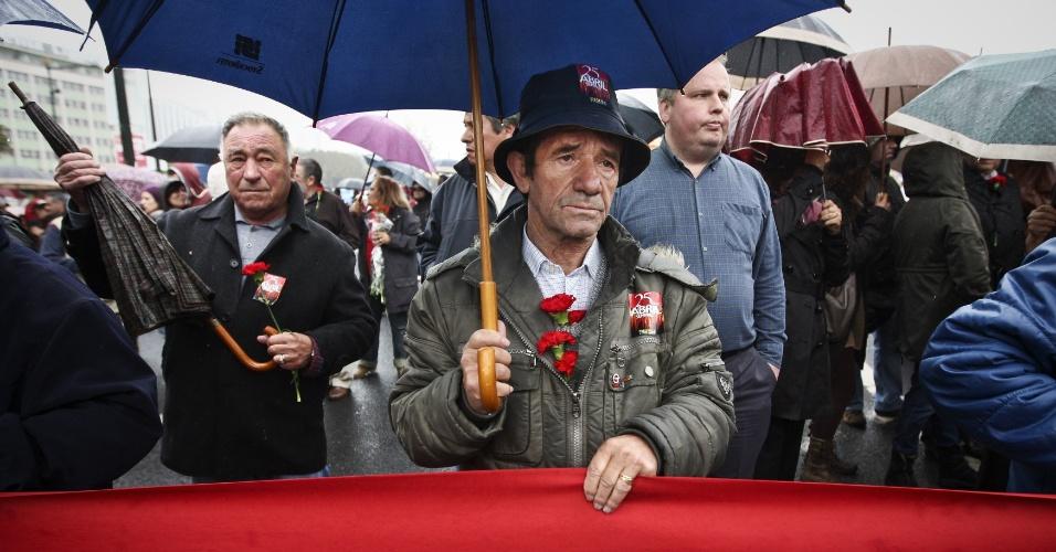 Lisboetas usam cravos durante ato em memória à Revolução dos Cravos, que derrubou a ditadura de António de Oliveira Salazar (1933-1974) iniciada em 1926