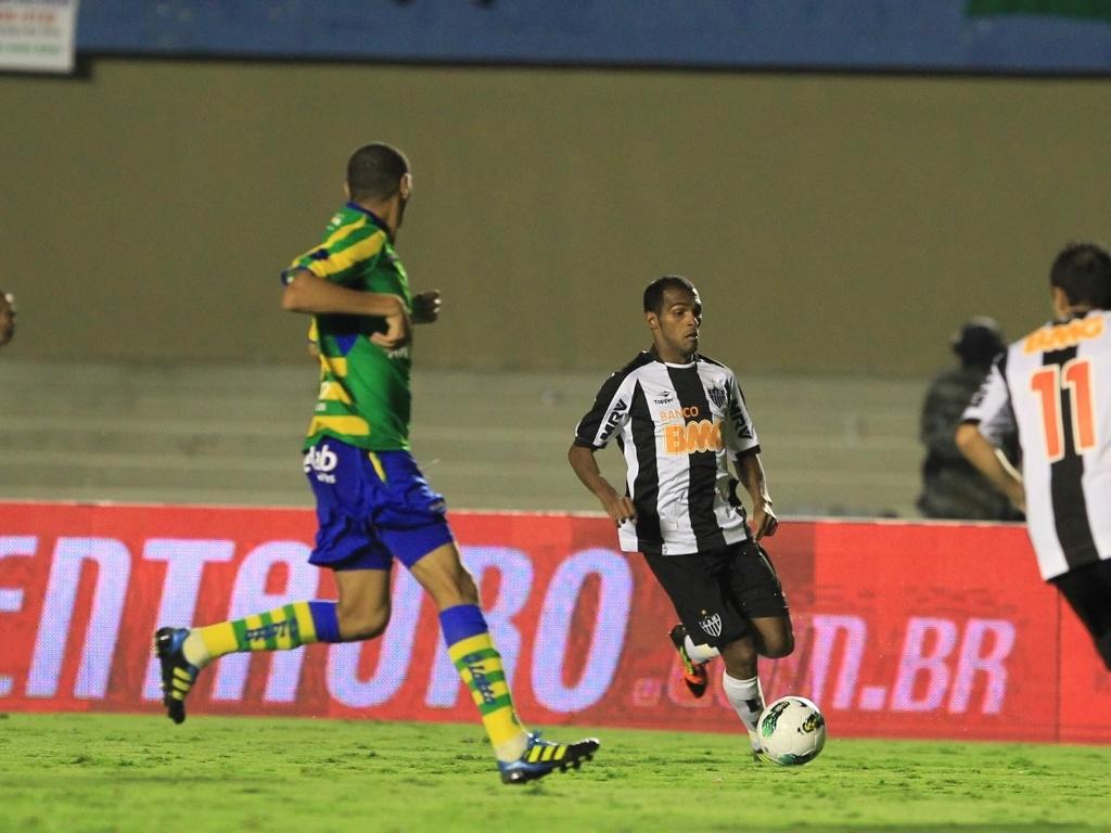 Richarlyson, do Atlético, tenta a jogada durante a partida contra o Goiás