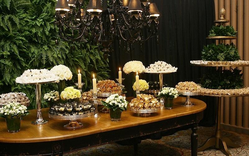 25.abr.2012 - Doces servidos em bandejas de prata criam atmosfera de glamour em espaço decorado por Lídia Freixo (www.lidiafreixo.com.br) e com doces de Carol Melo (www.carolmelo.com.br)