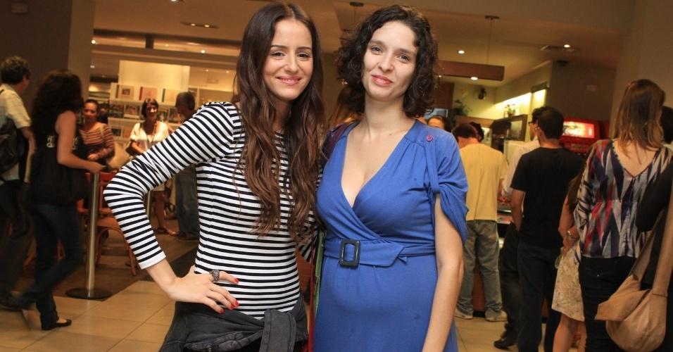 """A apresentadora Erika Mader e a atriz Dandara Guerra assistem pré-estreia de """"Romance de Formação"""", no Rio de Janeiro (26/4/2012)"""