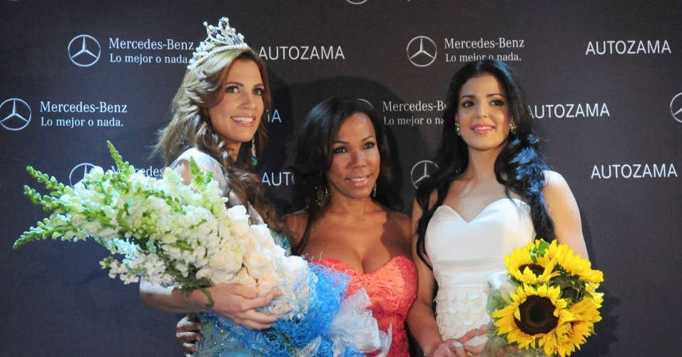 A Miss Rep&#250;blica Dominicana 2012 Dulcita Lieggi (esquerda) participa de coletiva de imprensa em Santo Domingo