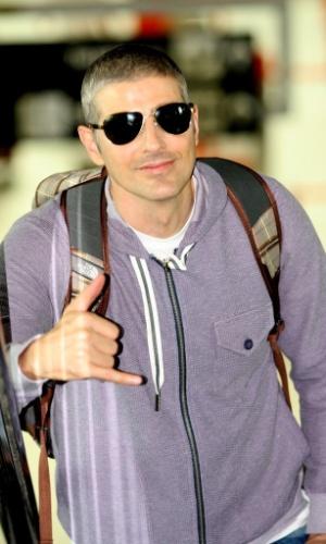 """Depois de participar do """"Mais Você"""" no Rio de Janeiro, Reynaldo Gianecchini acena para fotógrafos em aeroporto (26/4/12)"""