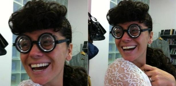 Giovanna Antonelli divulga imagem usando peruca e óculos fundo de garrafa (26/4/12)