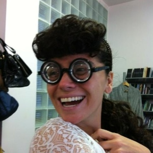 Giovanna Antonelli mostra foto com óculos fundo de garrafa e peruca (24/4/12)