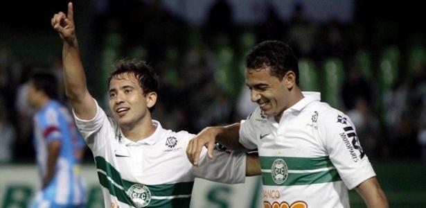 Jogadores do Coritiba comemoram o gol marcado por Everton Ribeiro contra o Paysandu