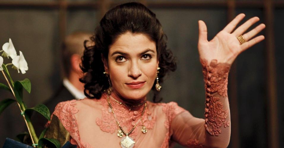Maria Manoella acena para o público após apresentação da peça