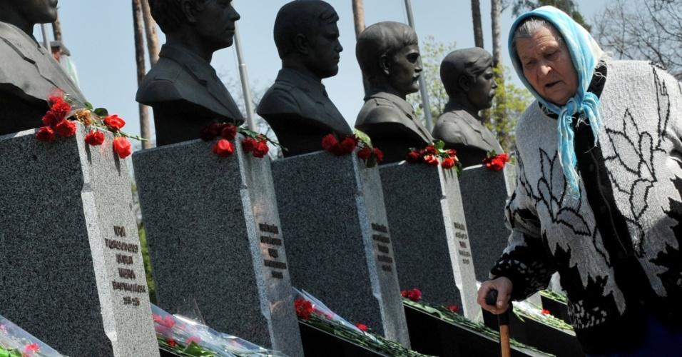 Mulher observa esculturas dos primeiros trabalhadores que tentaram conter o vazamento de radiotividade da usina nuclear de Tchernobil, no norte da Ucrânia, região pertencente à então União Soviética, há 26 anos
