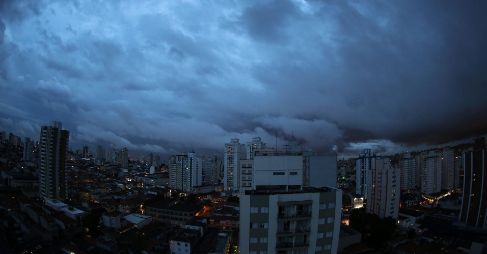 Nuvens escuras encobrem o c&#233;u na cidade de S&#227;o Paulo