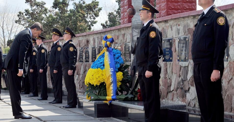 O presidente da Ucrânia, Viktor Yanukovych, presta homenagem com uma coroa de flores a vítimas da tragédia na usina nuclear desativada de Tchernobil --no norte do país, região pertencente à então União Soviética-- que completa hoje 26 anos
