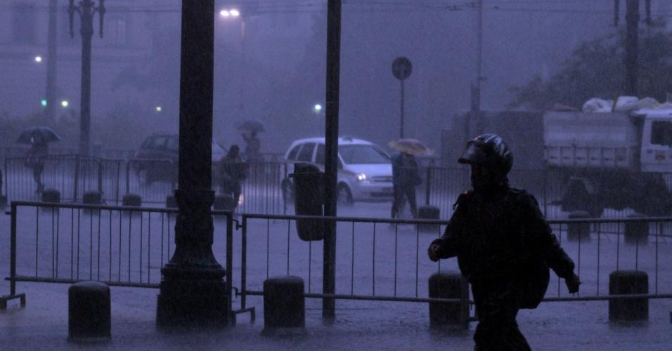 26.abr.2012-Paulistano enfrenta noite chuvosa