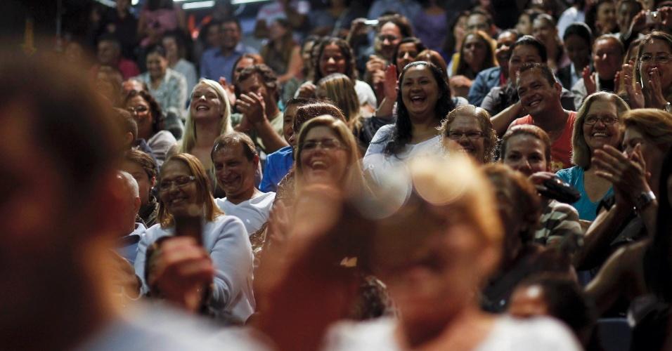 Público conversa com elenco após apresentação da peça