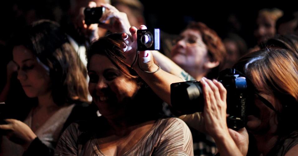 Público tira fotos após apresentação da peça