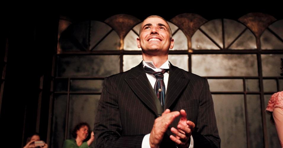 Reynaldo Gianecchini aplaude após apresentação da peça