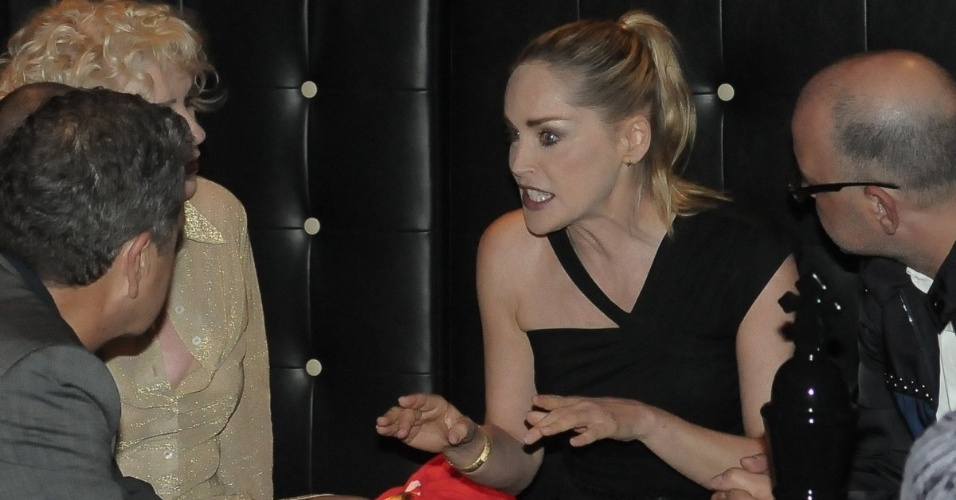 Sharon Stone conversa com amigos, entre eles a cantora de punk rock, Debbie Harry (esq.), na festa de anivers&#225;rio da revista &#34;Vogue&#34; Brasil, na Casa Petra, no Ibirapuera em S&#227;o Paulo (25/4/12)