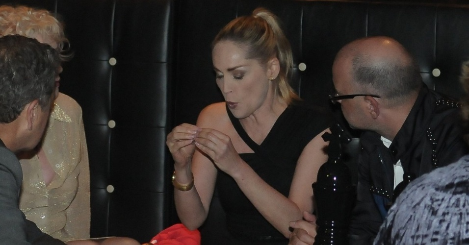 """Sharon Stone conversa com amigos na festa de aniversário da revista """"Vogue"""" Brasil, na Casa Petra, no Ibirapuera em São Paulo (25/4/12)"""